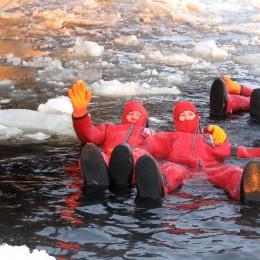 Artico, quel bagno nel gelo  Un tuffo dalla rompighiaccio