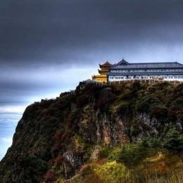 La luce di Buddha in Cina fra i bagliori del monte Emei